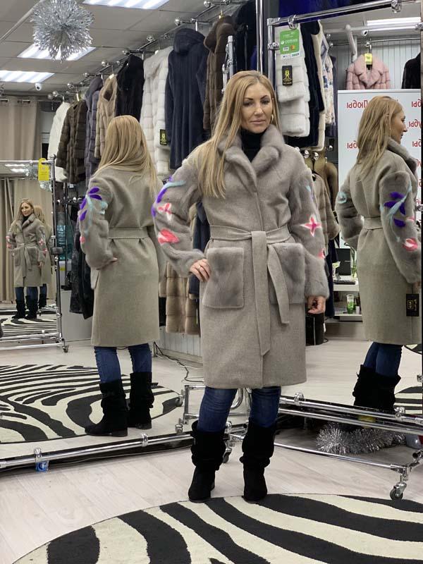 Серое пальто из кашемира с мехом норки на рукавах, воротник - шанель